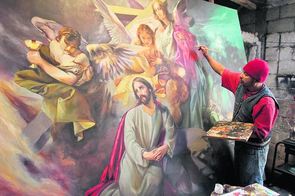 La foto muestra  el momento en que Fernando Ixcamey   daba toques finales a su obra  La oración en el huerto. (Foto Prensa Libre: Miguel A. López)