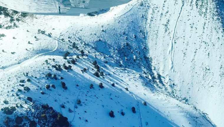 La cima de los volcanes de Fuego y Acatenango quedó cubierto por una capa blanca de hielo. (Foto Prensa Libre: Dimas Ramírez)