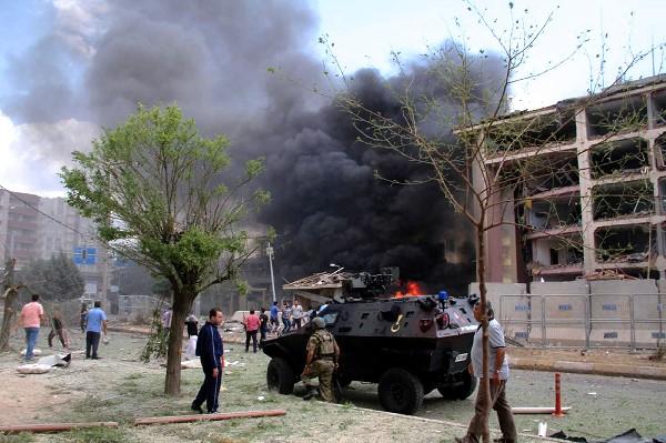Una columna de humo se observa después del atentado en el sureste de Turquía.(AFP).
