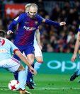 El centrocampista del Barcelona Andrés Iniesta ante los jugadores del Celta Sergio Gómez (d) y Jonny , en partido de Copa del Rey en el que el Barcelona cayó derrotado. (Foto Prensa Libre: EFE)