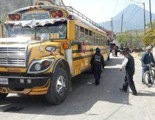 Los pobladores de Llanos del Pinal obligaron a los pilotos a estacionar los buses para que escucharan sus quejas. (Foto Prensa Libre: María José Longo).