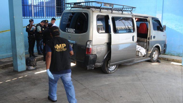 Peritos del Ministerio Público recaban evidencias en el microbús, donde murió a balazos un piloto, en Coatepeque, Quetzaltenango. (Foto Prensa Libre: Alexánder Coyoy)