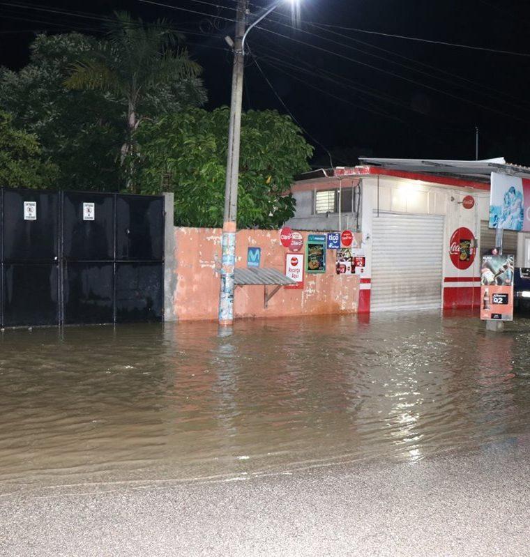 Una vivienda, ubicada en la calle conocida como Centro de Salud, en Santa Elena, Flores, se inundó. (Foto Prensa Libre: Rigoberto Escobar)