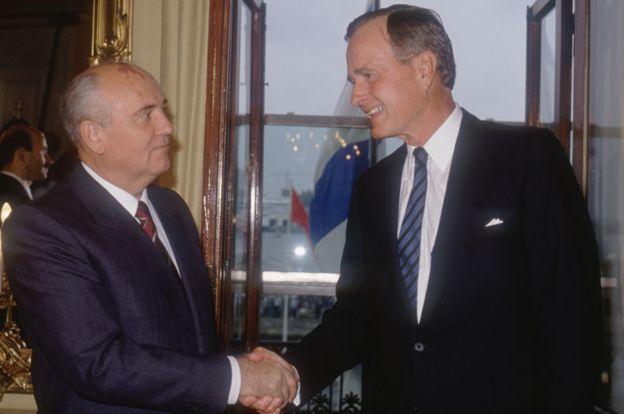Bush logró darle la mano a Mijaíl Gorbachov y ponerle fin a la Guerra Fría. GETTY IMAGES