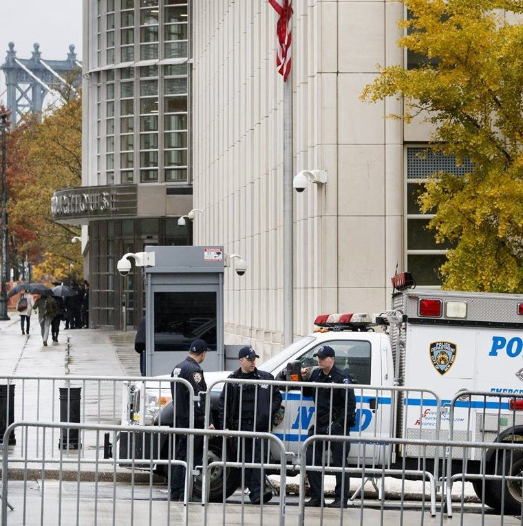 Varios policías montan guardia en el exterior de una corte federal de Nueva York en Brooklyn, Nueva York, este lunes, por el comienzo del juicio contra el Chapo. (Foto Prensa Libre: EFE)