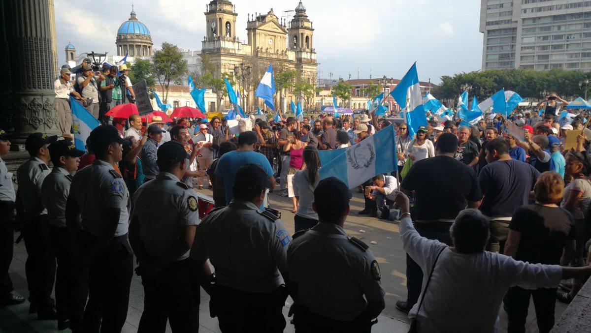 Un grupo de policías resguarda el Palacio Nacional de la Cultura, frente a la manifestación