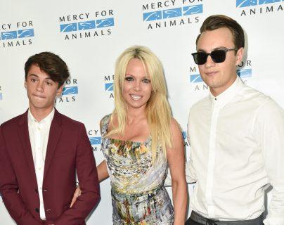 Pamela Anderson junto a sus dos hijos Dylan de 19 años (izquierda) y Brandon de 22 años. (derecha). (Foto Prensa Libre: Vanity Fair).