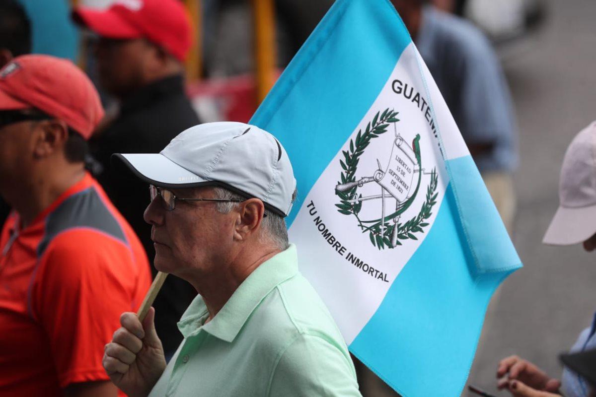 Este manifestante recuerda un fragmento del Himno Nacional de Guatemala