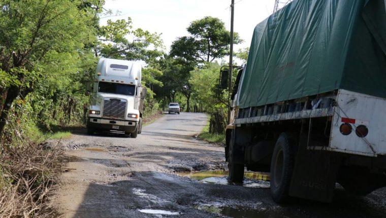 Una de las carreteras en Guatemala en la ruta a El Estor, Izabal, evidencia daños y dificultad para el tránsito de mercadería pesada. (Foto Prensa Libre: Hemeroteca PL)