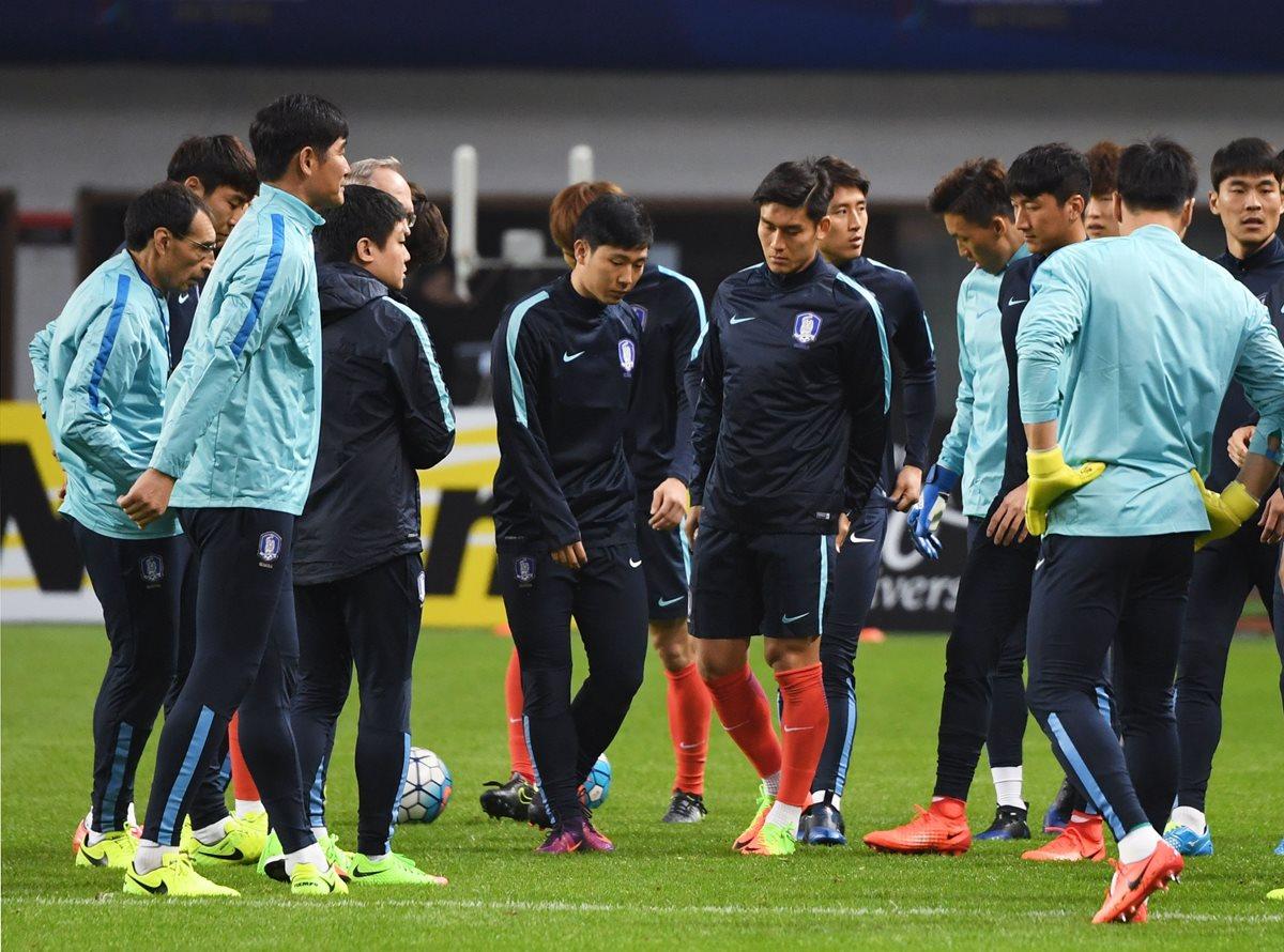 Jugadores de Corea del Sur se enfrentará a China. (Foto Prensa Libre: AFP)