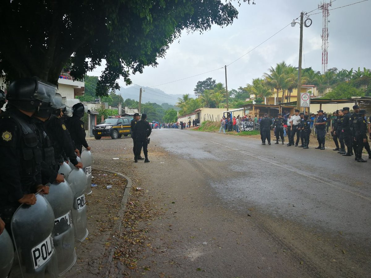 Un grupo de antimotines se encuentra en la entrada a Casillas. (Foto Prensa Libre: José Manuel Patzán)