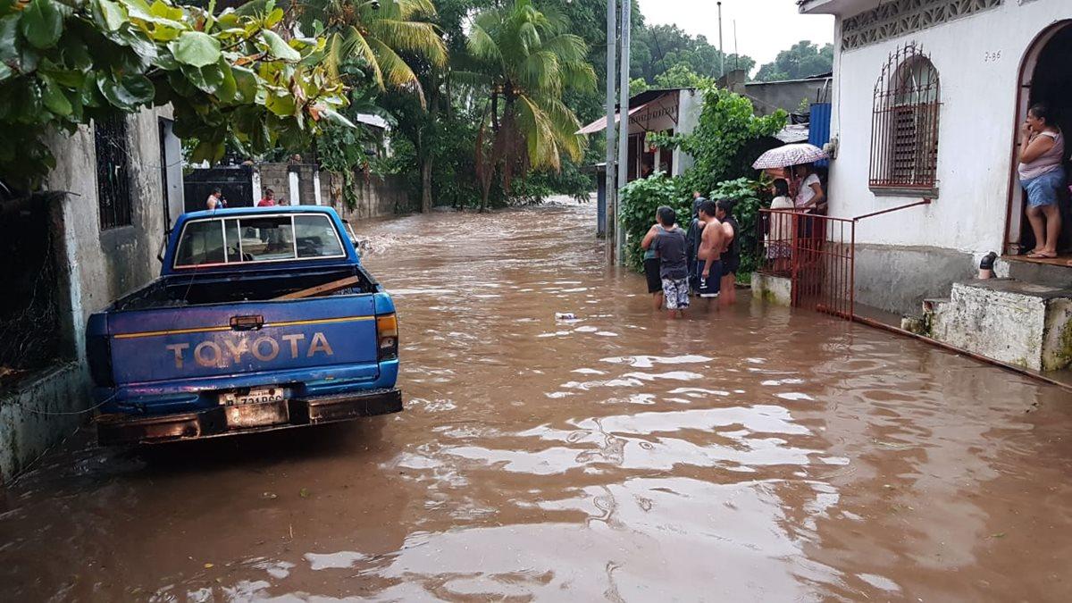 El desborde del río Tzununá causó daños en varias viviendas de la colonia Concepción, zona 3 de Retalhuleu. (Foto Prensa Libre: Rolando Miranda)