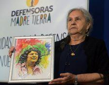 La madre de Berta Cáceres, Austra Berta Flores, sostiene un retrato de su hija el día que anunció una campaña para exigir justicia. (Foto Prensa Libre: AFP).