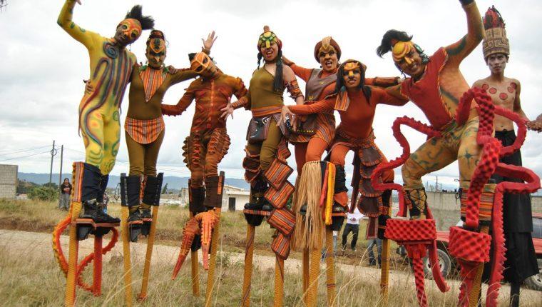 Unos 200 zanqueros serán parte de la danza Chitik que se presentará este sábado en Quetzaltenango. (Prensa Libre: Cortesía)