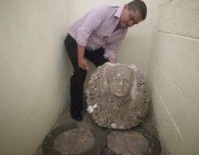 Obdulio Morales, administrador del Cementerio General de Quetzaltenango, muestra las piezas que serán trasladadas al museo. (Foto Prensa Libre: Fred Rivera)