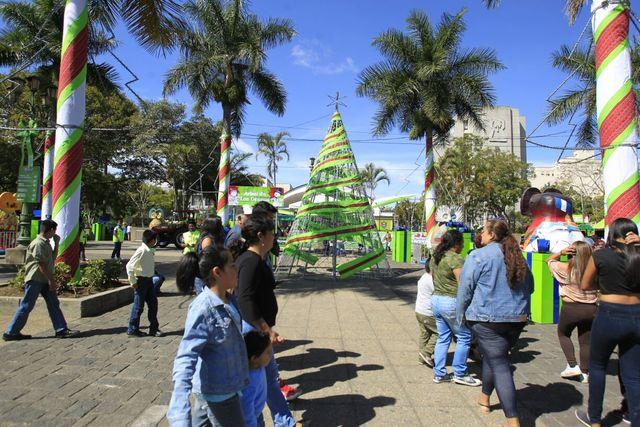 Cada año el Parque Central mantiene una decoración navideña que transmite emoción y alegría a los miles de visitantes durante la temporada. (Foto Prensa Libre: Hemeroteca)