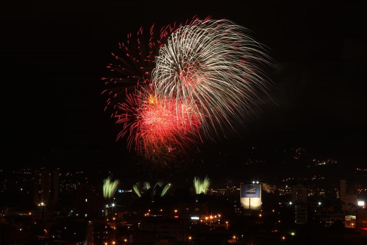Cientos de luces pirotécnicas iluminan el cielo de la capital en el Show de Luces Campero, desde el Campo de Marte. (Foto Prensa Libre: Esbin García)