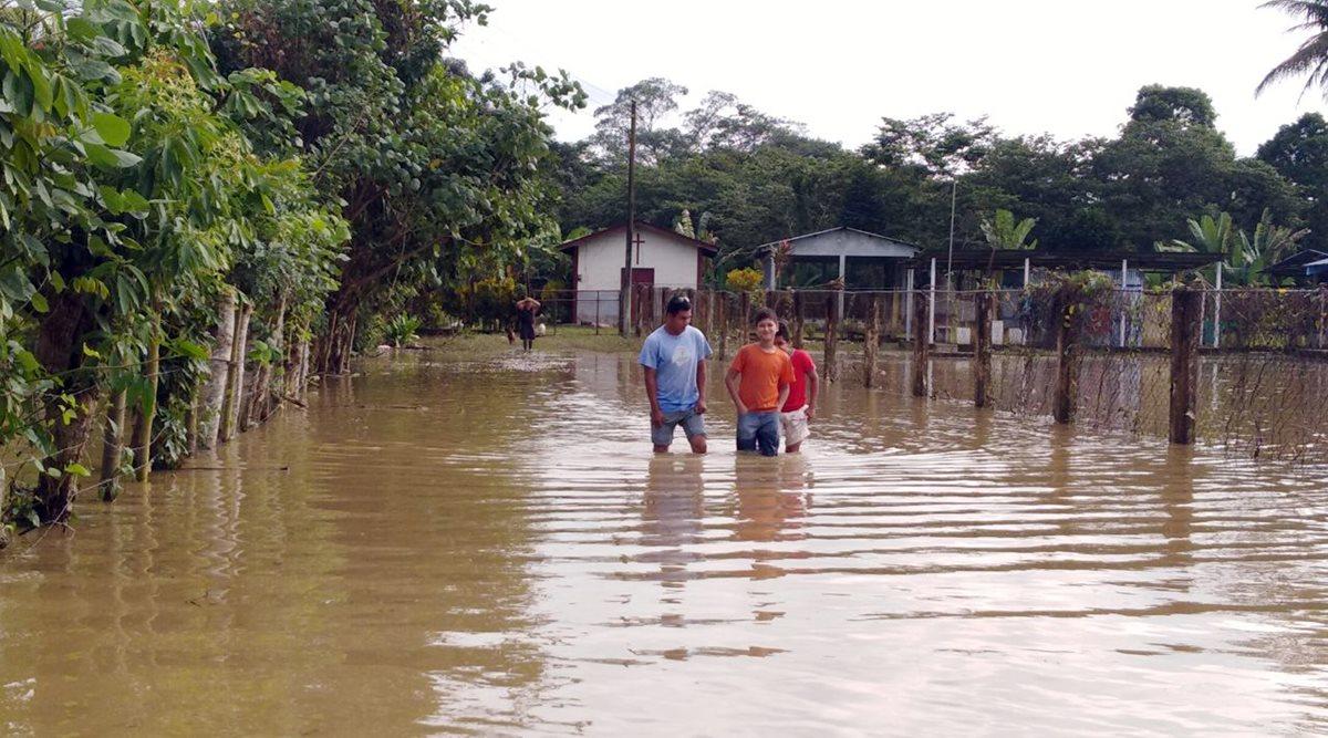 Viviendas de San Francisco, Vuelta Grande, Puerto Barrios, están anegadas por la lluvia. (Foto Prensa Libre: Dony Stewart)