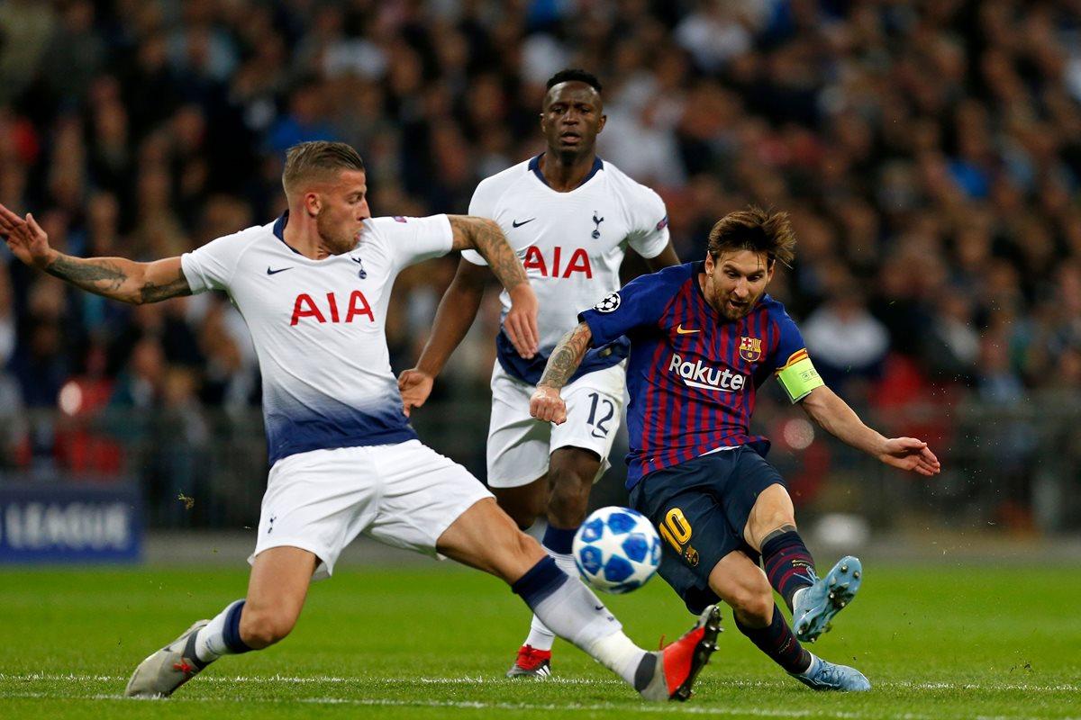 Lionel Messi define ante la marca de Toby Alderweireld. (Foto Prensa Libre: AFP).