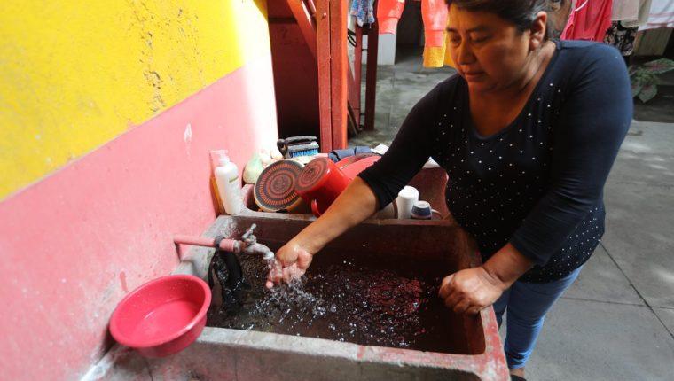 La colonia González 1, es uno de los lugares donde el agua cae más caliente.(Foto Prensa Libre: Erick Ávila)