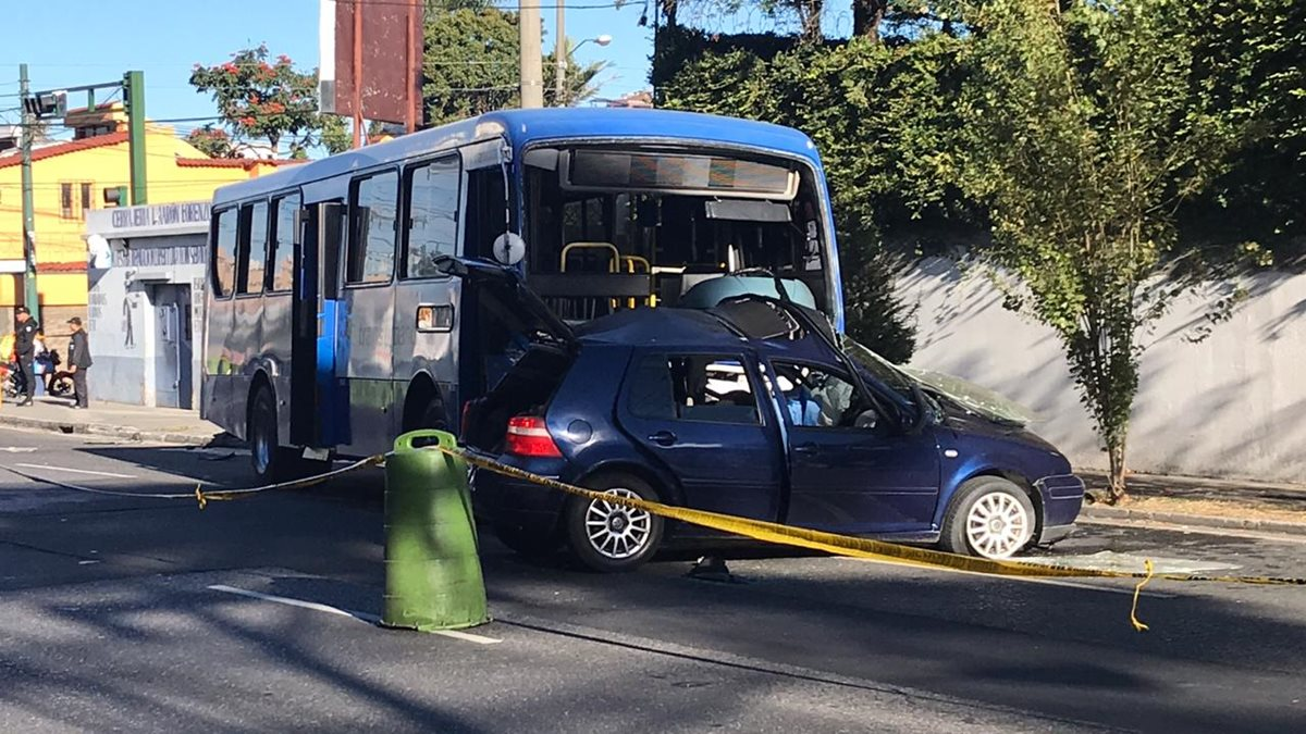 Choque en zona 10 entre autobús de Transurbano y vehículo deja una mujer fallecida