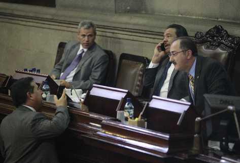 Luis Pérez (Izq.) conversa con Pedro Muadi (Der.), minutos antes de presentar la iniciativa contra la Cicig.