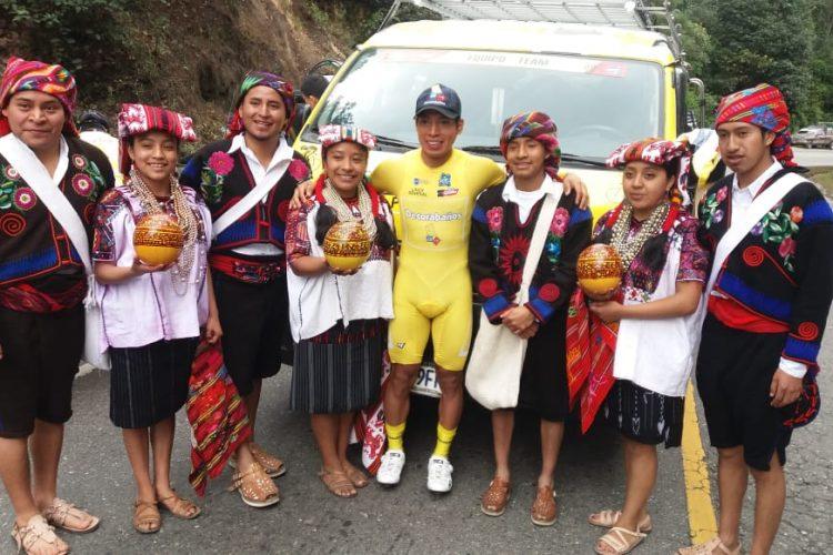 Un grupo de pobladores de Piedra María Tecún posa con el líder. (Foto Prensa Libre: Norvin Mendoza).