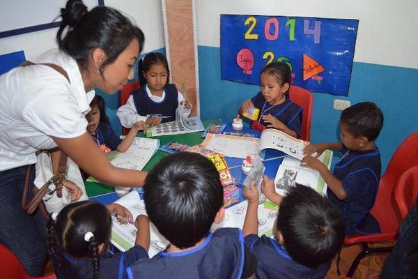 Niños aprenden a dibujar en el Cadi, en San Andrés Villa Seca, Retalhuleu. (Foto Prensa Libre: Jorge Tizol)