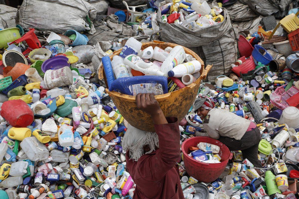 El destino de millones de toneladas de basura es un desafío para los países en la COP 24. (Foto Prensa Libre: EFE)