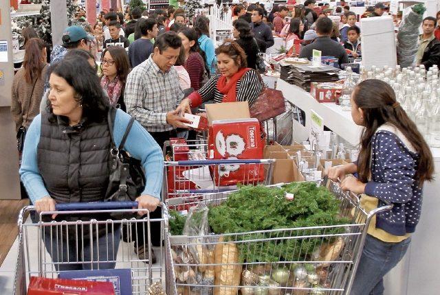 alta afluencia se mantuvo durante el día en las tiendas Cemaco, que abrieron a las seis de la mañana y donde rebajaron artículos navideños.