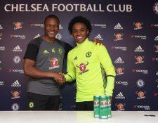 Willian (derecha) luce feliz por haber renovado su contrato con el Chelsea. (Foto Prensa Libre: Chelsea FC).