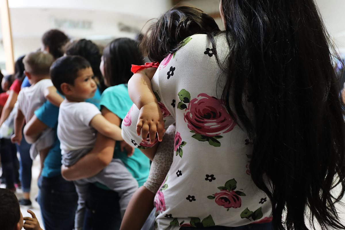 Un grupo de mujeres y sus hijos, muchos huyendo de la pobreza y la violencia en Honduras, Guatamala y El Salvador, llegan a McAllen, Texas. (AFP)