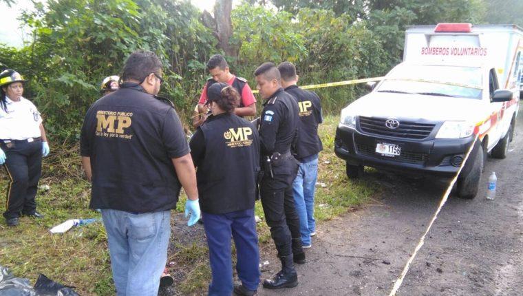 Peritos del Ministerio Público recogen evidencias en el área donde fue localizada la mujer muerta. (Foto Prensa Libre: Estuardo Paredes)