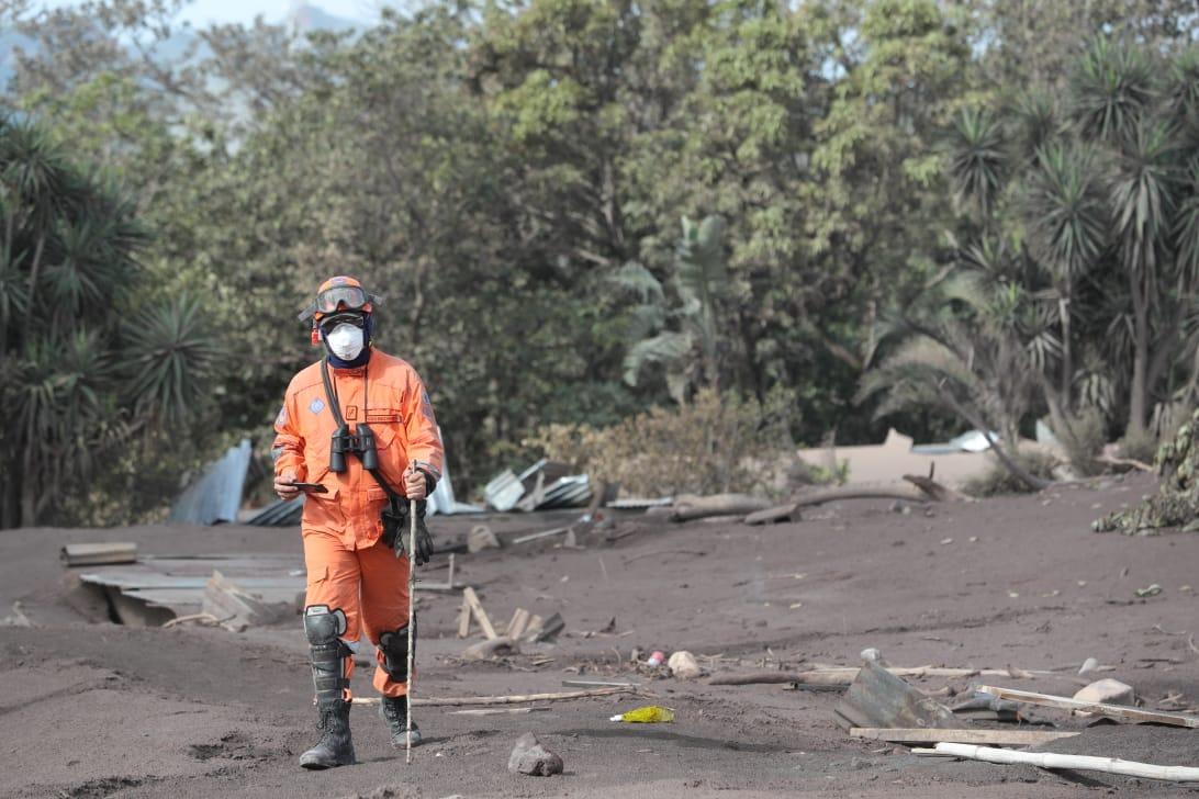 Debido a que las viviendas están debajo de la tierra los socorristas usan una varilla de madera para poder evaluar el lugar donde caminan.