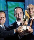 el viceministro Israel Orozco y Rolando Paiz de Agexport, entregan el galardón a Alexander Kronick de Caobadoors.