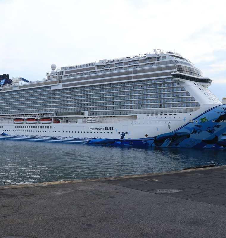 El crucero Norwegian Bliss atracó en el muelle comercial de Puerto Quetzal, Escuintla. (Foto Prensa Libre: Carlos Paredes)