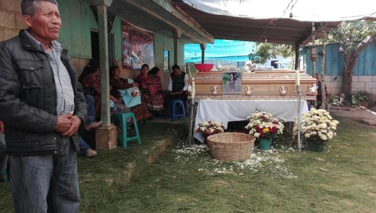 Familiares de Flora Elizabeth Tian Cuy participan en el velatorio y este domingo será inhumada en el cementerio de San Andrés Semetabaj, Sololá. (Foto Prensa Libre: Ángel Julajúj)