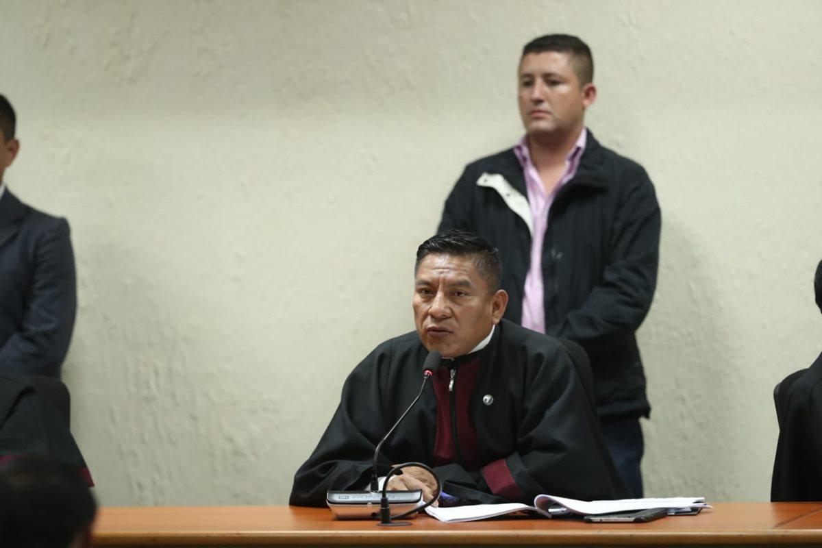 Pablo Xitumul, presidente del Tribunal C de Mayor Riesgo, lee la sentencia. (Foto Prensa Libre: Esbin García)