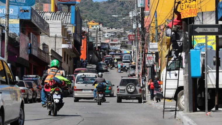 En la 6a. calle de la zona 1 de Mixco, es uno de los sectores de mayor comercio, donde vecinos alertan del aumento de inseguridad y extorsión a negocios. (Foto Prensa Libre: Álvaro Interiano)