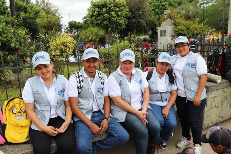 Grupo de censistas en el parque de Santa Cruz del Quiché. (Foto Prensa Libre: Hemeroteca PL)