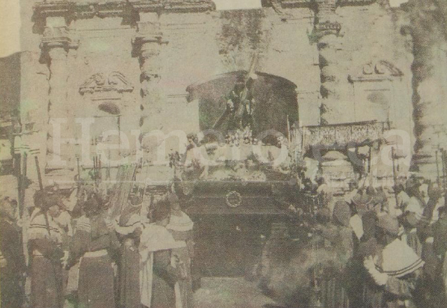 Jesús de Candelaria en las ruinas de su antiguo templo en Antigua Guatemala durante la peregrinación que realizara el 3 de marzo de 1963. (Foto: Hemeroteca PL)