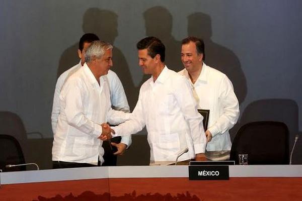 Pérez Molina y Peña Nieto se dan la mano tras la firma del convenio. (Foto Prensa Libre: Scspr)
