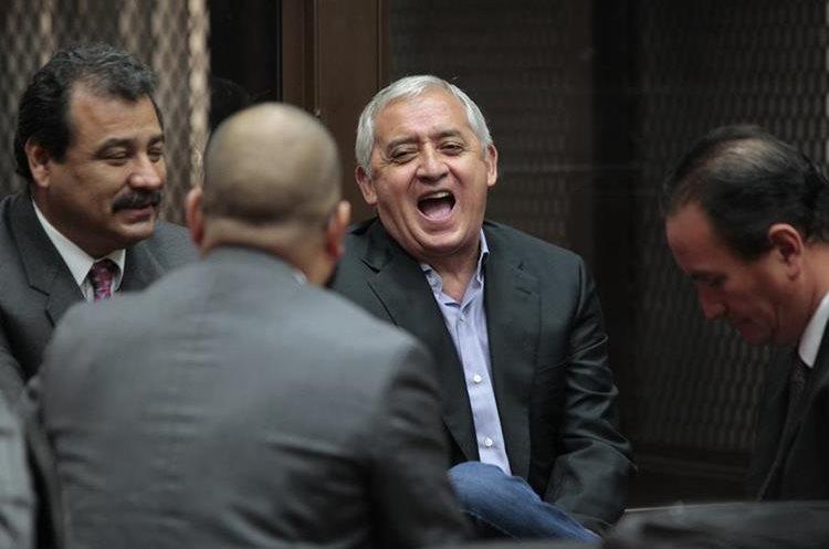 """Otto Pérez Molina (centro) ha pedido salir de prisión por """"razones humanitarias"""" porque padece del corazón. (Foto: Hemeroteca PL)"""