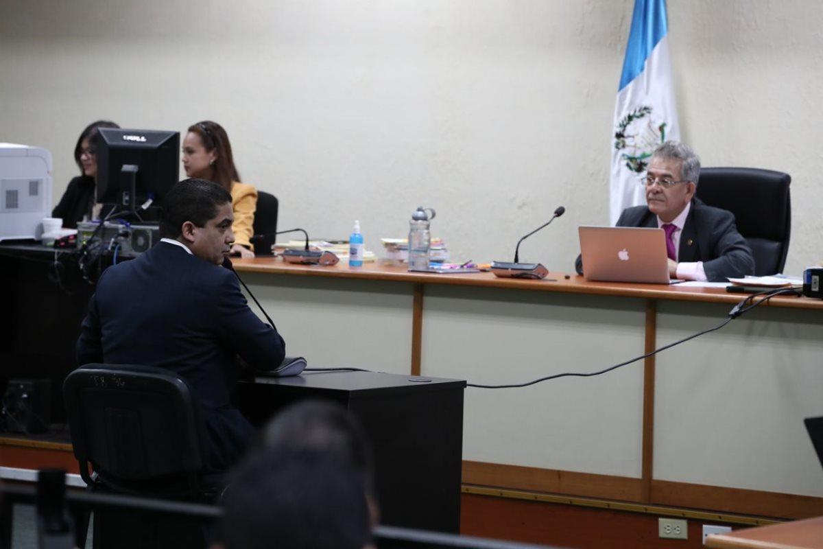 El juez Miguel Ángel Gálvez escucha a Juan Carlos Monzón durante las audiencias en anticipo de prueba por el caso Cooptación del Estado. (Foto HemerotecaPL)