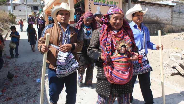 Cofrades recorren las calles de la cabecera de Sololá y aldeas aledañas con la imagen del niño Jesús. (Foto Prensa Libre: Ángel Julajuj)