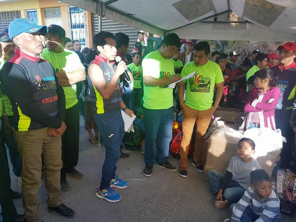 La familia Ajpacajá Tax organiza la carrera de atletismo de Barraneché el 25 de diciembre, en la que también entregan juguetes a los niños de escasos recursos. (Foto Prensa Libre: Cortesía)