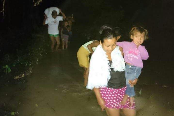 Pobladores de El Estor, Izabal, han resultado afectados por las lluvias de las últimas horas. (Foto Prensa Libre: Dony Stewart)