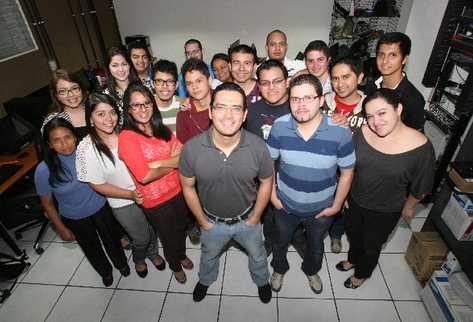 El guatemalteco Juan Carlos Rodríguez —al centro— dice que ninguno de sus proyectos tendrían éxito sin su equipo de desarrolladores.