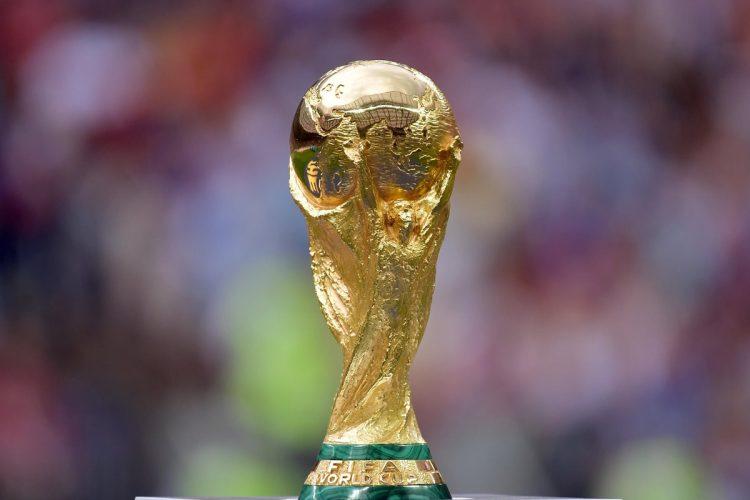 El trofeo es exhibido antes de la final de la Copa Mundial de la FIFA 2018 entre Francia y Croacia en Moscú, Rusia