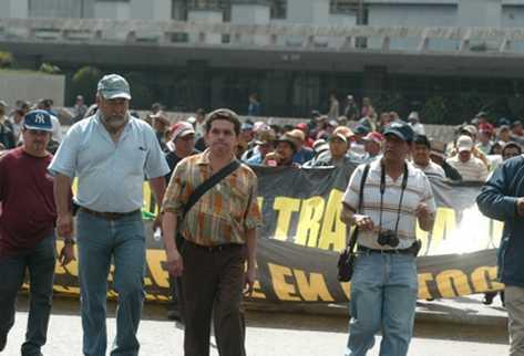Joviel Acevedo -centro- señala a oposición de manipular información con fines políticos.